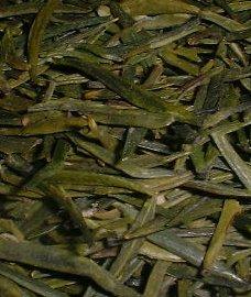 Те самые совсем молодые чайные листочки, о которых идет речь. Даже не листочки, а почки. Причем увеличенные раза в два.